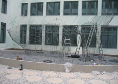blau-metalbau-haan-gartenbau-Kunstobjekt-Beetumrandung