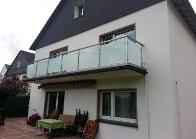 blau-metalbau-haan-balkongelaender-edelstahl-glas