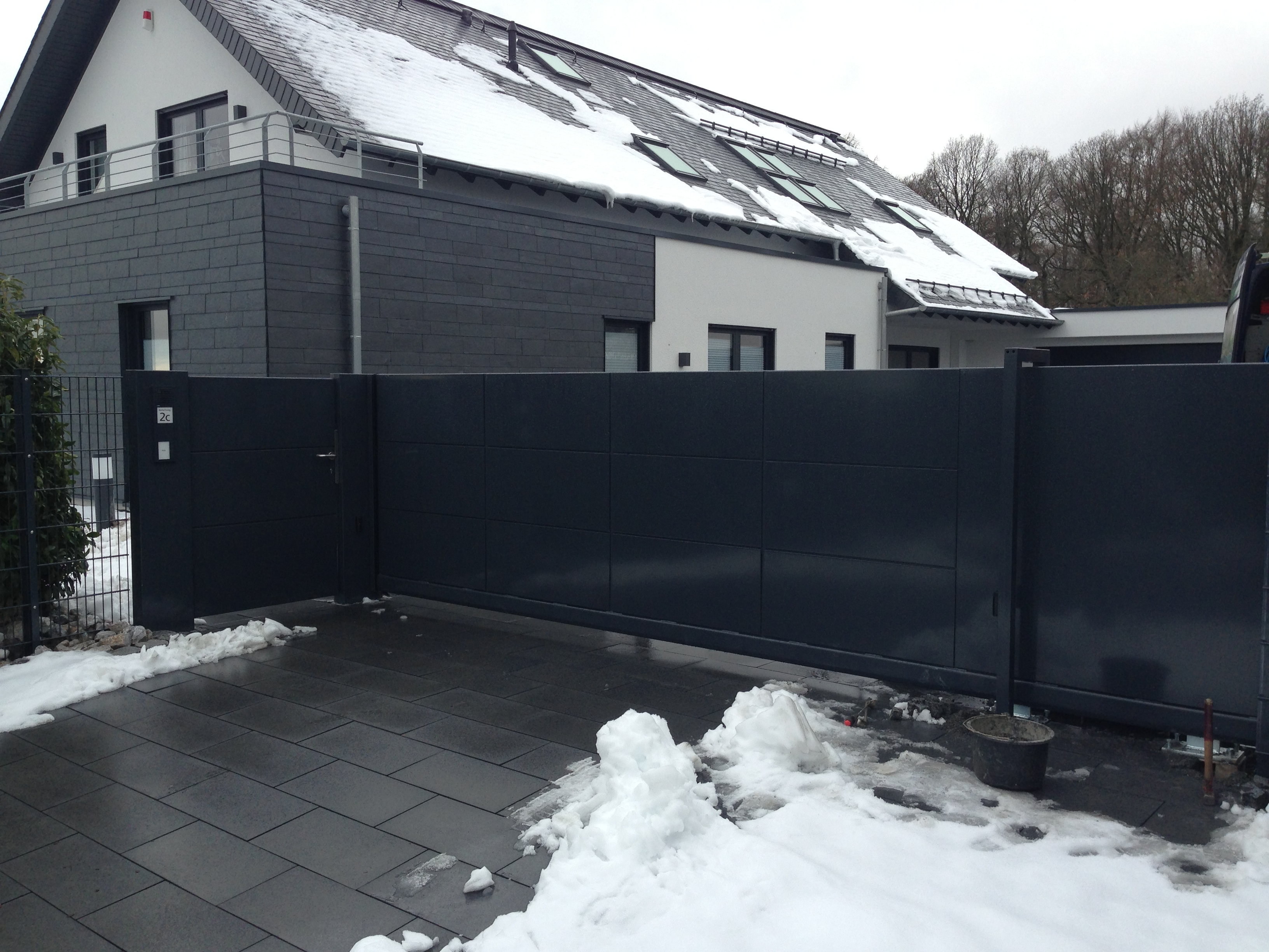blau-metalbau-haan-gartenbau-schiebetor-motorisiert-toranlage-stahl-verzinkt-aussen