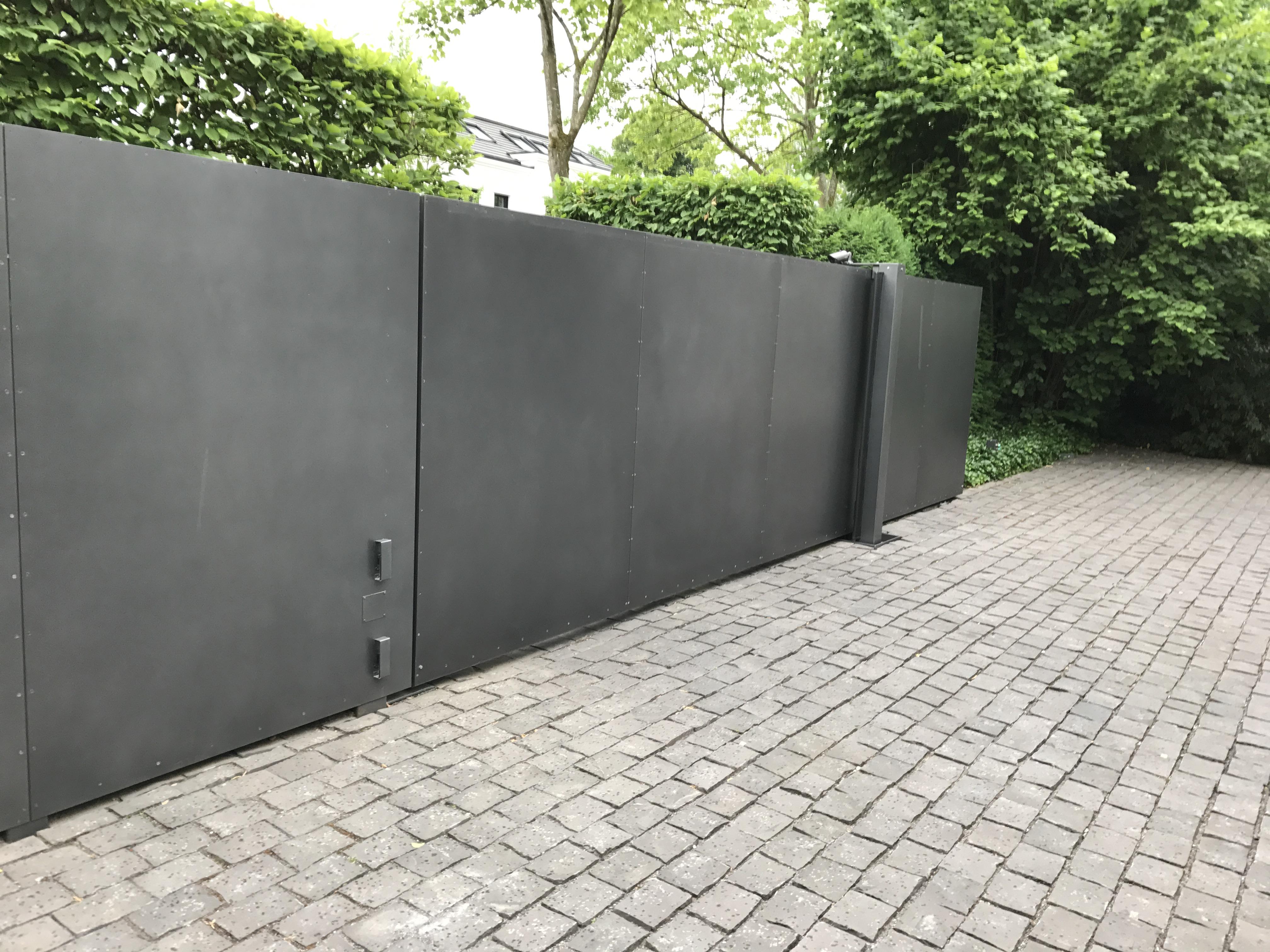 blau-metalbau-haan-gartenbau-schiebetor-motorisiert-toranlage-stahl-verzinkt-grau