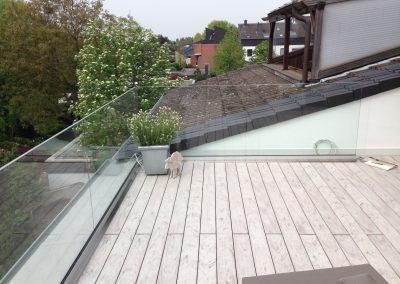 blau-metalbau-haan-gelaender-balkon-glas
