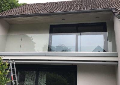 blau-metalbau-haan-gelaender-balkon-glas-edelstahl-