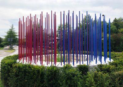 kreisverkehr Kunstobjekt wechselt die Farben bei Umfahrung rot zu blau